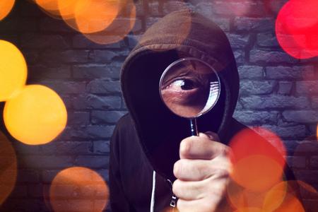 Computer met hackers met vergrootglas, internet hacker en online beveiligingsconcept.