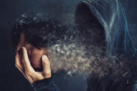 personalidad: Hombre encapuchado quitándose la máscara de la cara, revelando persona sin rostro fantasmagórico detrás
