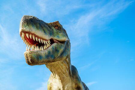 tiranosaurio rex: Novi Sad, Serbia - AGOSTO 7, 2016: Tyrannosaurus modelo de tamaño natural del animal prehistórico en el entretenimiento tema de Dino Park. T-Rex era uno de los mayores carnívoros terrestres de todos los tiempos.