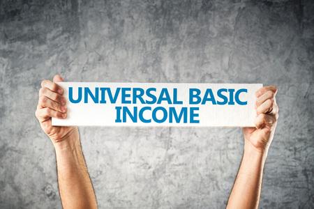 Universeel basisinkomen concept met de handen bedrijf banner Stockfoto