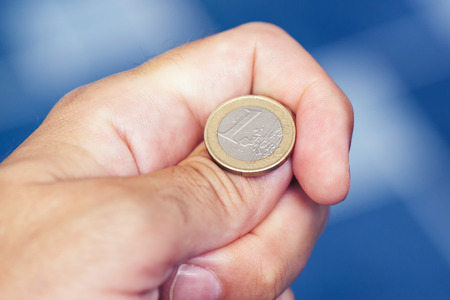 De hand opgooiende munt van de zakenman om op hoofden of staarten, concept te besluiten kans, kans en besluit te nemen Stockfoto