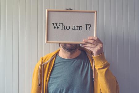 Chi sono io, il concetto di conoscenza di sé con la domanda che copre adulto volto maschile Archivio Fotografico - 67031540