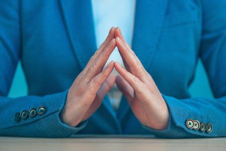 dominacion: juntó los dedos de la mujer de negocios como muestra de la mano gesto de confianza, la autoestima, el poder y la dominación.