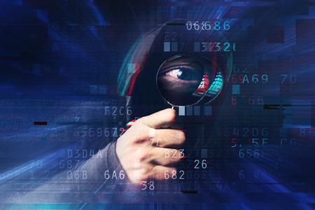 Spyware en ransomware concept met digitale glitch effect, griezelig hooded hacker met vergrootglas stelen van online identiteit nad hacken van persoonlijke webpagina accounts.