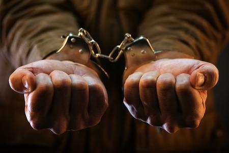 prison cell: soldat Menotté, officier de l'armée des hommes arrêtés dans la cellule de la prison noire