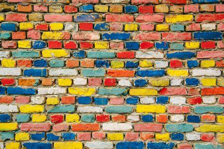 paredes de ladrillos: Pintado multicolor ladrillos, pared exterior como fondo, patrón urbano