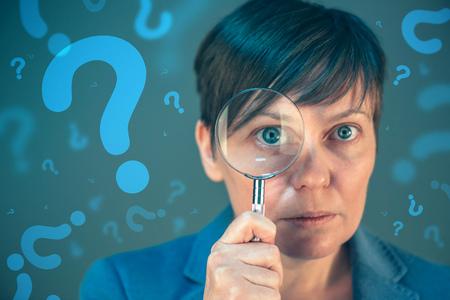 D'affaires avec des points d'interrogation à la recherche de réponses, de questionnement et interroger sur l'avenir incertain dans les affaires des entreprises Banque d'images - 69381936