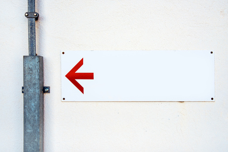 flecha direccion: Blank direction sign with red arrow on the wall as copy space