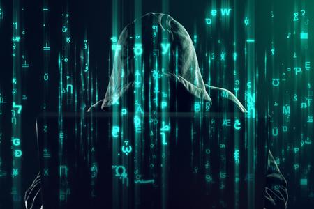 Hooded onherkenbaar hacker en cybercrimineel werken op de laptop, het programmeren van bugs en virussen voor computers, matrix zoals code is beeld overlappen Stockfoto