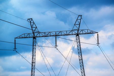 Lucht de machtspijler van de elektriciteitslijn tegen humeurige hemel Stockfoto