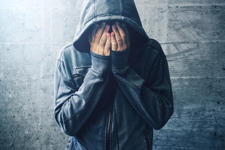 絶望的な薬物中毒中毒危機、物質依存性長期的な薬および薬物乱用の後で若い大人の人の肖像画を通過 写真素材 - 79813409