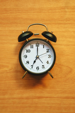cronologia: Vintage alarm clock, classic style clock face for time and wake up concept