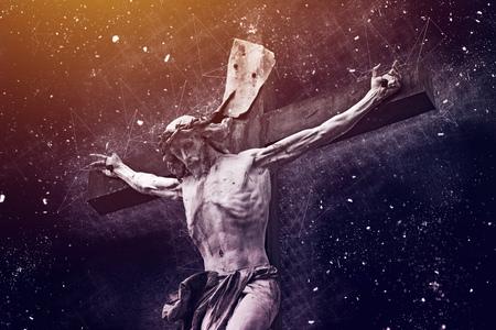 Christelijk kruis met het standbeeld van Jesus-Christus, gemengd media godsdienstig concept