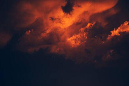 劇的な嵐の空、雨の前に黒い雲。気象・気象学の背景。