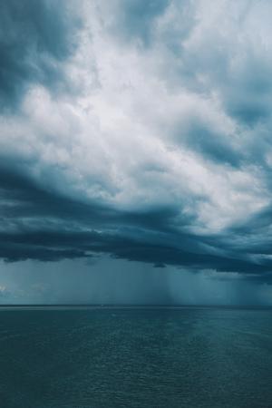 Stormachtige wolken boven zeegezicht, regenseizoen en klimaat Stockfoto