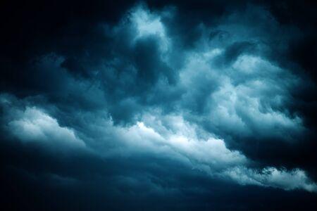 Drastischer stürmischer Himmel, dunkle Wolken vor Regen. Wetter, Klima und Meteorologie Hintergrund. Standard-Bild - 92232792