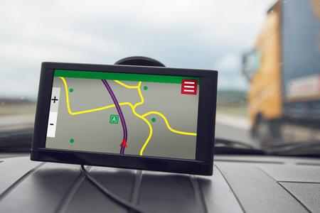 GPS(全地球測位システム)カーナビゲーションデバイス、道路上の方向に関するヘルプと支援