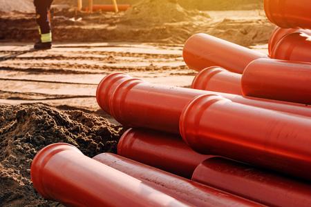 Tuberías de alcantarillado de plástico en el sitio de construcción para la reparación del sistema apiladas y listas para ser instaladas