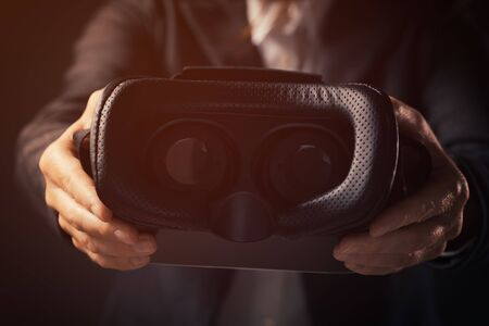 Une femme d'affaires innovatrice propose un casque VR Google pour une expérience de réalité virtuelle immersive Banque d'images