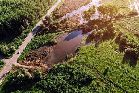 Luftaufnahme der Straße durch überflutete Landschaft von Drohnen-Pov