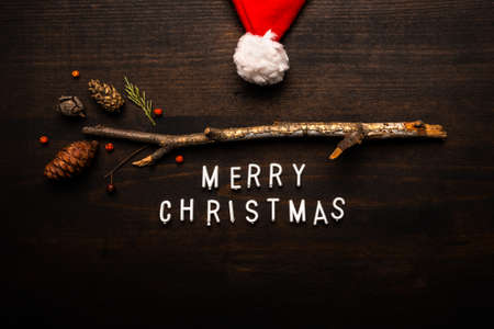 Santa Claus hat and Merry Christmas text flat lay top view Banque d'images