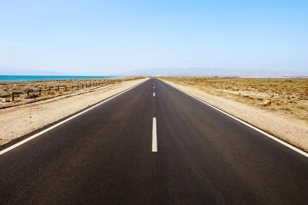 風成層シースケープの直線道路。アンダルシア。