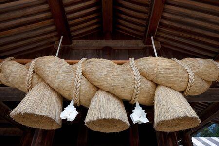 enclosing: Riso paglia corda utilizzata per la purificazione nella religione scintoista giapponese