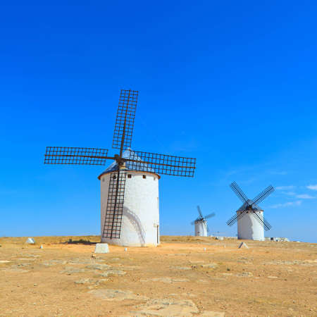 don quijote: Tres Cervantes de Don Quijote los molinos de viento cerca de Alc�zar de San Juan, Castilla - La Mancha, Espa�a,