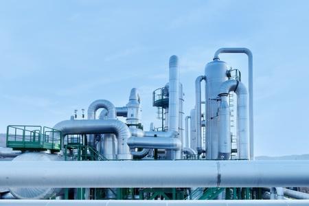 Geotermisk energi. Industri rör uppgifter om ett kraftverk. Toscana, Italien.