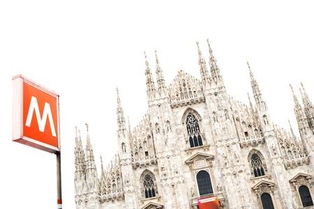 milánó: Milan gótikus székesegyház kupolája Landmark és a Metro Underground Signal elszigetelt alatt fehér ég Olaszország, Európa Stock fotó