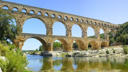 du ร    ก ร: Roman aqueduct Pont du Gard. Located near Nimes, Languedoc, France, Europe.