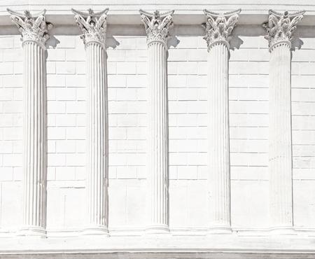 escultura romana: La Maison Carr�e columna romana arquitectura del templo antiguo edificio del Imperio romano de Nimes, Languedoc-Rosell�n, Francia, Europa