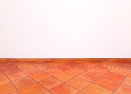 Toskanska traditionella gamla och grunge golv, rött tegel och vit vägg italienska landsbygden interiör tomt rum
