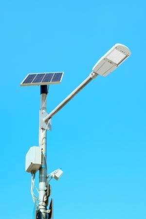 Solpanel cell drivs gatulampa på en blå himmel bakgrund