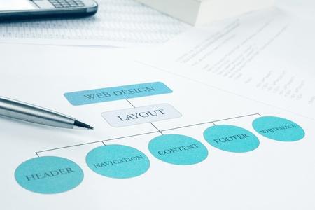 diagrama de flujo: Diseño conceptual componente de diseño web edificio de planta Pen, smartphone y un libro sobre fondo azul Entonado