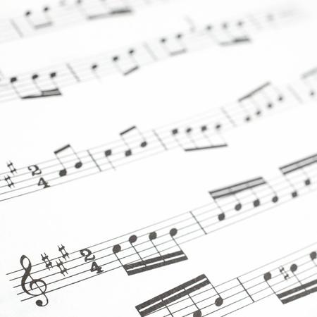 chiave di violino: Vecchio foglio di musica stampata o fotografia punteggio da vicino note musicali su pentagrammi