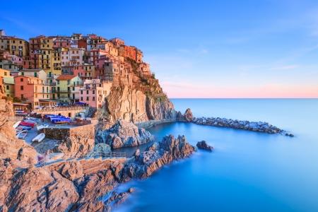 Manarola byn på klippan klippor och hav i solnedgången, Seascape i fem länder, nationalparken Cinque Terre, Ligurien Italien Europa Lång exponering fotografier