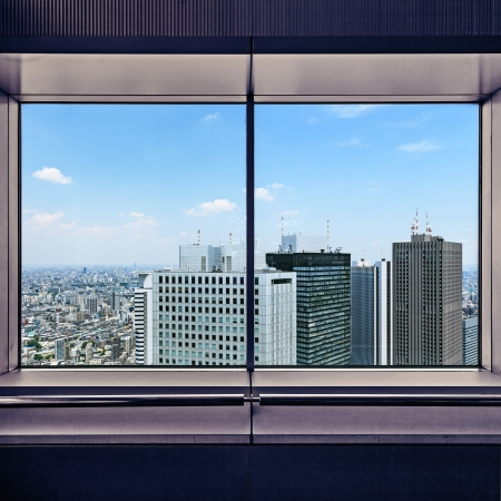 Vue panoramique aérienne des gratte-ciels de Shinjuku district financiers à travers une fenêtre frame Tokyo, Japon, Asie Banque d'images