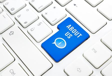 tecla enter: Nosotros concepto, azul botón o la tecla en el teclado blanco entrar Foto de archivo