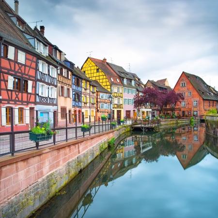 colourful houses: Colmar, Petit Venecia, canal de agua y tradicionales casas de colores Alsacia, Francia La exposici�n a largo Foto de archivo