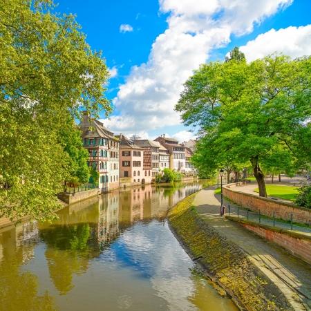 Strasbourg, vatten kanalen i Petite France område korsvirkeshus och träd i Grand Ile Alsace, Frankrike