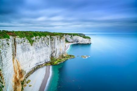 Etretat, rock cliff och strand Lång exponering fotografering Flygfoto Normandie, Frankrike Stockfoto