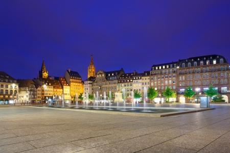 배경 알자스, 프랑스에서 중간 및 성당 중앙 장소 클레베르 광장 분수 스트라스부르 일몰 스톡 콘텐츠