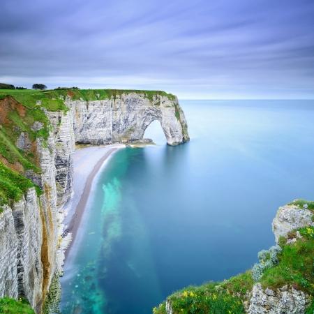 Etretat, la Manneporte roccia naturale arco meraviglia, scogliera e la spiaggia lunga esposizione fotografia Normandia, Francia