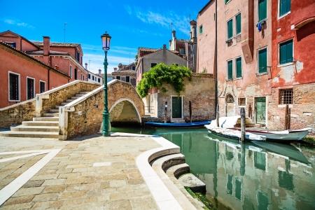 ヴェネツィアの都市景観、狭い運河、橋、ボート、および伝統的な建物イタリア, ヨーロッパ