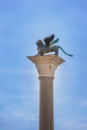 leon con alas: Alado de San Marcos León símbolo de Venecia en su columna de Italia, Europa Foto de archivo
