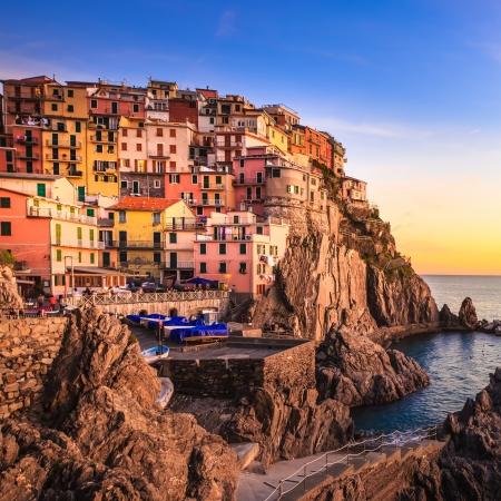 다섯 땅에서 일몰 절벽 바위와 바다에 Manarola이 마을, 바다, 친퀘 테레 (Cinque Terre) 국립 공원, 리구 리아 이탈리아 유럽 긴 노출 사진