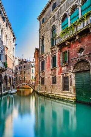 베니스 풍경, 좁은 물 운하, 다리와 전통적인 건물 이탈리아, 유럽