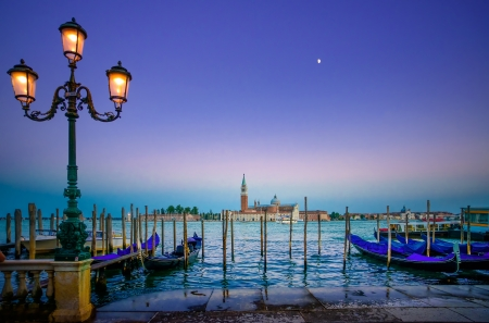 Venezia, lampada e gondole o gondole su un tramonto blu crepuscolo e San Giorgio Maggiore chiesa punto di riferimento su sfondo Italia, Europa strada Archivio Fotografico - 21821028