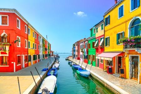 Venedig landmärke, Burano ö kanalen, färgglada hus och båtar, Italien Lång exponering fotografering